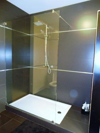 25 beste idee n over douche scherm op pinterest wc ontwerp zwarte douche en moderne badkamers - Gemeubleerde salle de bains ontwerp ...