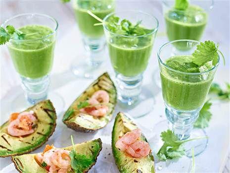 Har ni inte grillat avokado tidigare så gör det! Servera sedan med chiliräkor och het grönsaksshot. Så gott!