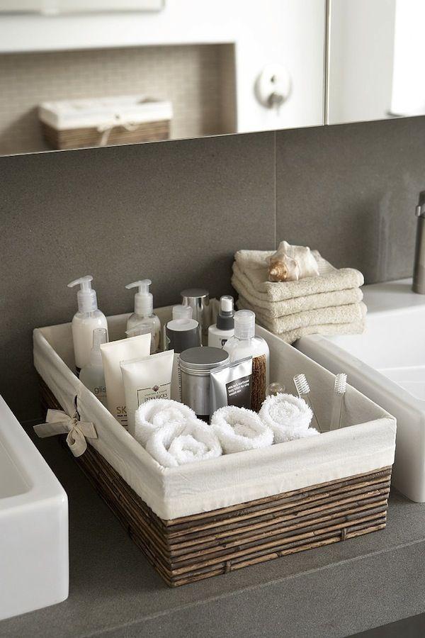 Manter os ambientes organizados pode ser um verdadeiro desafio para algumas pessoas. No banheiro, a grande quantidade de produtos para um espaço pequeno te