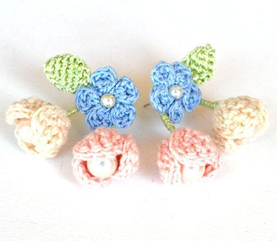 Printemps fleurs boucles d'oreilles shabby chic.  Délicates boucles d'oreilles roses, bleus. Les fleurs sont au crochet en coton fine (jutilise mes propres patrons) avec la lumière, les feuilles de soie verte. Jai ajouté des perles de verre de différentes tailles. Il ny a pas déléments collés, les boucles doreilles sont très résistant et léger. Les petits bourgeons sont montés sur fil (traitée anti oxydation) vêtu de soie, leur position est légèrement réglable. Poteaux en acier inoxydable…