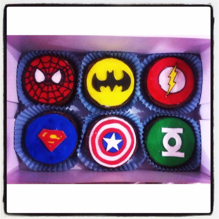 Brownie Melcochudo con diseño en Fondant de #SpiderMan #Batman #Flash #Superman #CapitánAmerica y #LinternaVerde - Personaliza tus pedidos en #SoSweet al (1) 625 1684 - #pasteleríaartesanal Brownies en Bogotá. www.SoSweet.com.co
