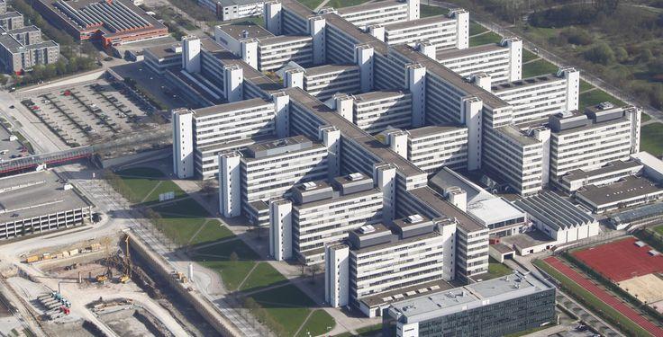 """Universität Bielefeld """"Universität Bielefeld Luftaufnahme"""" von N7legion - Eigenes Werk Eigene Aufnahme. Lizenziert unter CC BY-SA 3.0 über Wikimedia Commons."""
