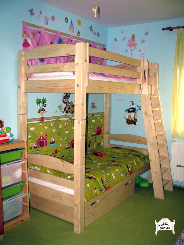 Pontjó emeletes ágy ágyneműtartóval és döntött létrával