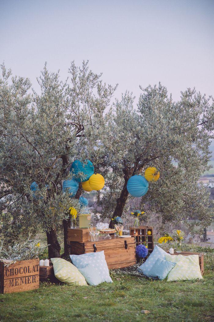 (C) Monsieur + Madame, idée déco mariage pour un petit coin sous les oliviers, décoré avec des lampions colorés sous-le-lampion.com