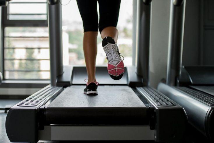 Diversos tipos de exercícios podem incluir um treino HIIT: natação, corrida, pular corda, esteira... Vamos conhecer algumas dicas de treino HIIT na esteira?