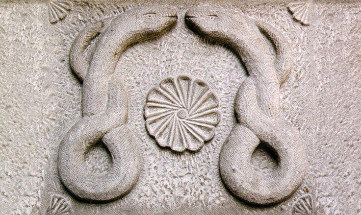 İki yılan arasında Selçuklu madalyonu