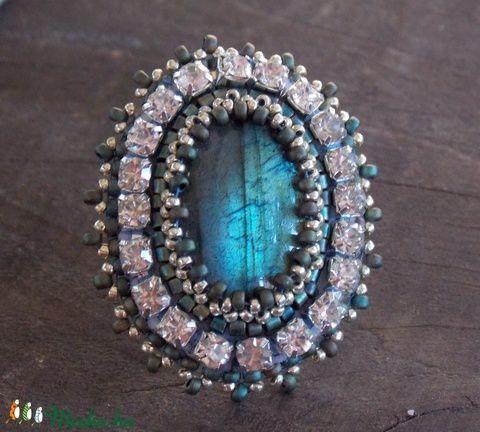 Labradorite - gyöngy hímzett gyűrű (Muttery) - Meska.hu #muttery #vicusdesign #labradoritgyűrű #gyűrű #gyöngyhímzés #strasszosgyűrű #gyöngyösgyűrű #divatékszer