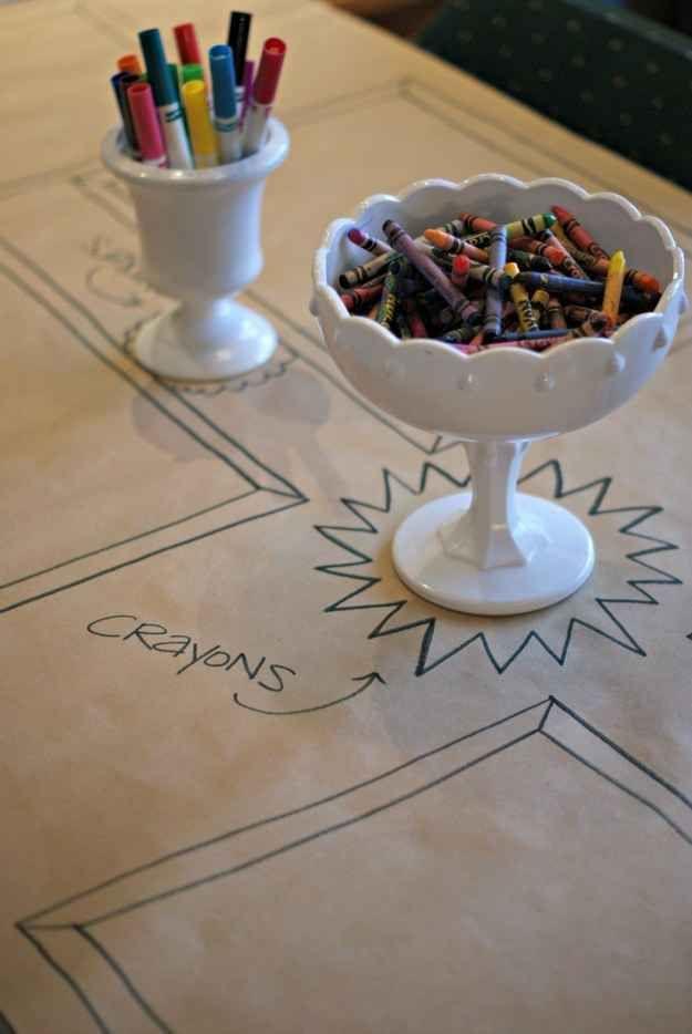 Hablando de la mesa de los niños, renuncia al mantel bonito y pon papel en su lugar.