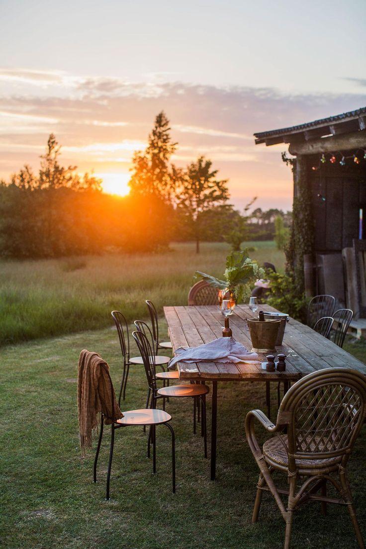 Ohne Schnickschnack sitzt der Tisch im Herzen des Gartens, um die Schönheit der …
