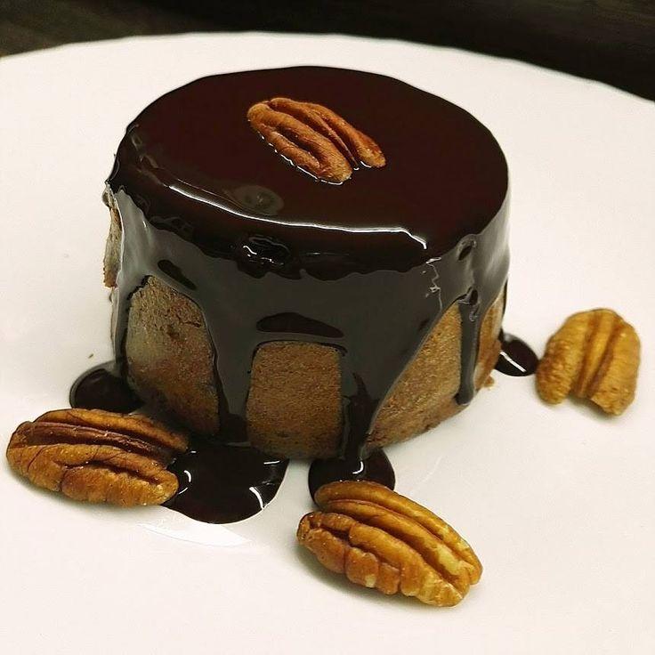 Čoko dortík FIT style with Eli - food blog, výživové poradenství na dvě porce / 1 porce = 1147 kj / bez ořechů 840 kj 20 g celozrnné špaldové mouky 1 vejce 2 lžíce nízkotučného tvarohu (můžete dát i ricottu či Skyr) sladidlo - flavdrops toffe kakao 1/2 lžičky prášku do pečiva vanilková esence - nedala jsem  Dáme do malých mističek (porcelán muffinky) a pečeme při 180°C. Vyklopíme a potřeme kvalitní čokoládou (Lindt 90%). Na ozdobu pekanové ořechy.