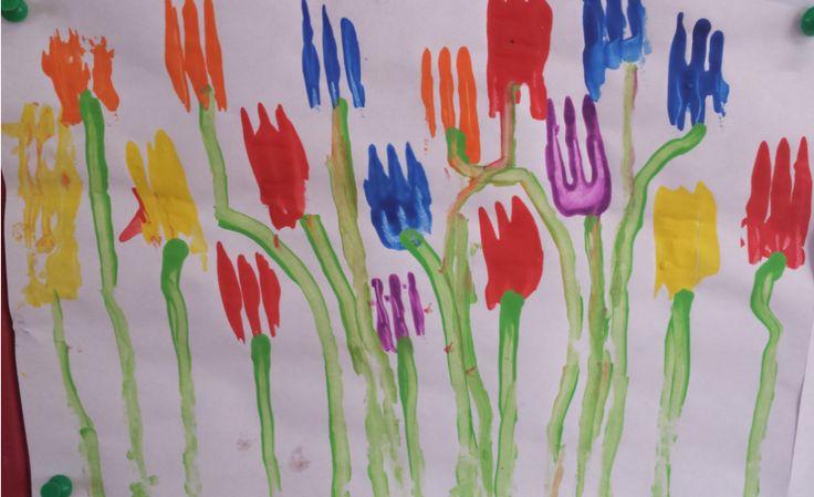 Tulpen stempelen met vorken. Daarna met een wattenstaafje de stengels maken.