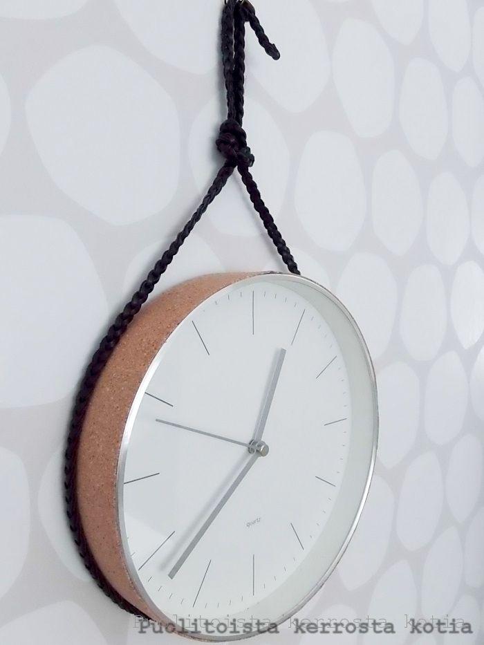 Perus seinäkellon ympärille liimasin korkkipaperista reunan ja vanha vyö toimii hihnana (se on liimattu kelloon).