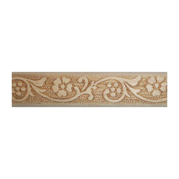 Moldura de madera solida de pino ponderosa estufada. Fácil de instalar. Se puede utilizar como cenefas. Zoclos y para darle y para darle realce y elegancia a muebles y a toda superficie plana que desee el usuario. Medidas: Largo: 79 cm. Ancho: 210 cm. Profundidad: 2.06 cm. Material: madera. Color: natural. Peso.2236 kg.