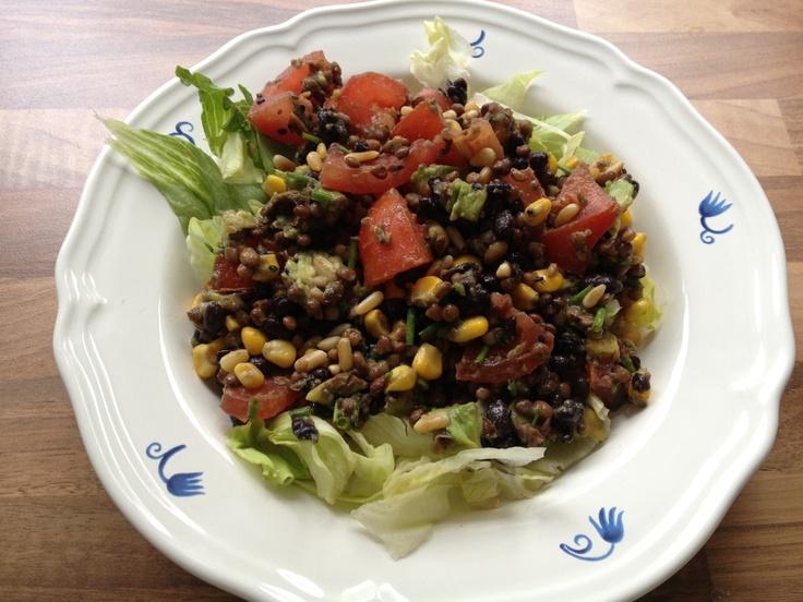Salade van zwarte bonen, linzen, maïs, avocado, tomaat, pijnboompitten, sla en bieslook.