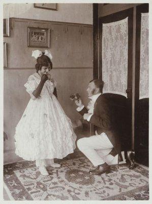 Petnonella Johanna Antoinetta Foltynski dan Max Foltysnki Jnr dalam kostum pesta topeng. Bandoeng 1920-1925