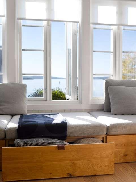 SMART OPPBEVARING: Den plassbygde sofaen har lure løsninger. Romslige skuffer i amerikansk eik gjør det enklere å holde orden