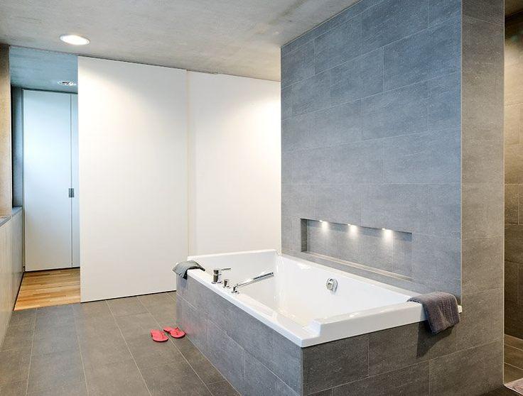 familien bungalow am hang einheit in material und farbe - Dusche Kieselsteinboden