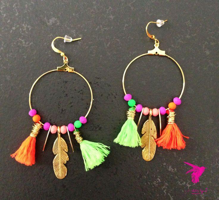 Boucles d'oreilles créoles dorées pompons fluos orange et vert et plumes métal doré : Boucles d'oreille par pink-colibri