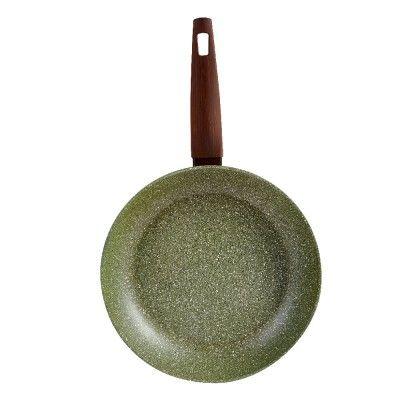 Poêle Ø 28 cm, aluminium revêtement antiadhérent. <br>Poêle effet pierre, manche effet bois, revêtement végétal sans PFOA. <br>Tous feux même induction. <br>Passe au lave-vaisselle.