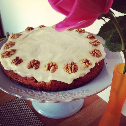 Week 14, 30 maart - 5 april: carrot cake met banaan en walnoot. Ik ben dol op carrot cake en probeer dus graag een nieuw recept. Ik maakte deze cake volgens het recept, maar met een ander glazuur (van roomkaas, lichtbruine basterdsuiker, citroenschilletjes en citroensap, zoals in dit recept: http://www.theguardian.com/lifeandstyle/wordofmouth/2012/mar/15/how-to-cook-perfect-carrot-cake). Deze cake is lekker luchtig en niet te zoet, maar hij kan nog wat kruidiger naar mijn smaak.