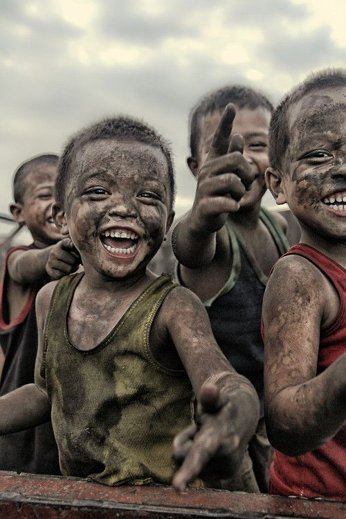On voit des petits garçons couvert de terre et de boue. D'après leur vêtement on dirait qu'il ne sont pas très riche mais que malgré la difficulté financière il est possible de bien s'amuser sans débourser un gros montant d'argent. Pour moi cette photo est très touchante car des jeunes enfants qui s'amusent avec des leurs propres moyens sans pour autant être rivé sur un écran est merveilleux.
