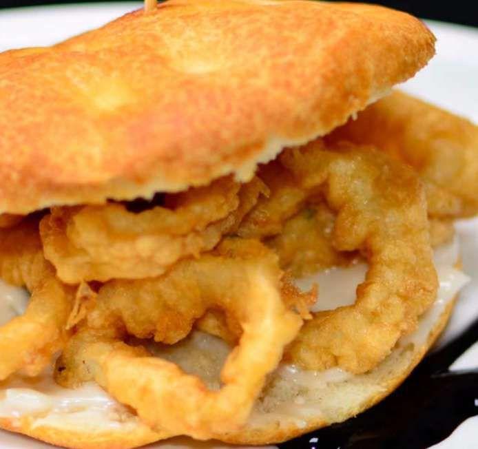 ¿Quién se apunta?, me voy de planazo con Whatsred: Mini bocatín de calamares con fino alioli de lima y tu consumición ¡gratis!