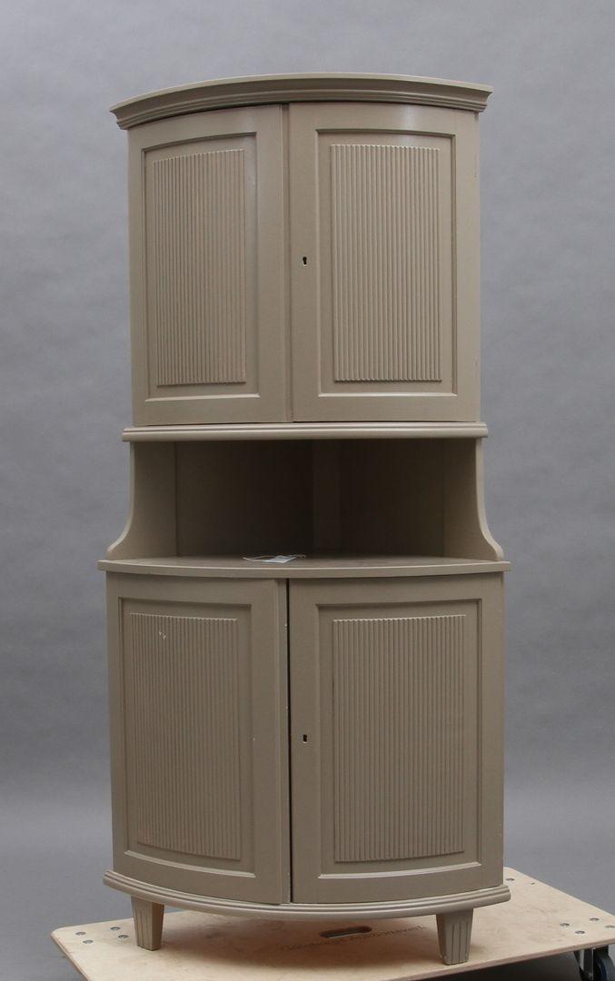 Bilder för 44569. HÖRNSKÅP, halvrunt, gråmålat, gustaviansk stil, 1900-tal. – Auctionet