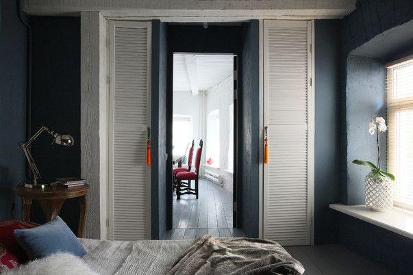 Окна-зеркала, камин для свечей, кровать из старых дверей, а также деревенский забор, зеркало с Бали и другие креативные находки — в проекте московских дизайнеров Антона Корнеева и Екатерины Блохиной.