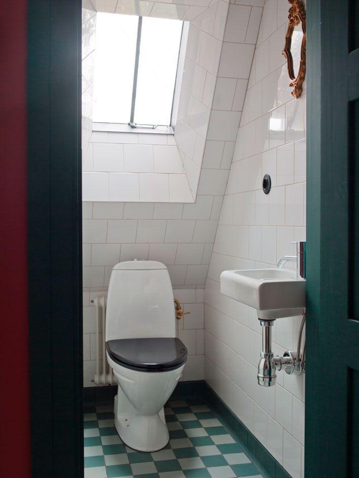 Cuarto de baño con suelo de cuadros.