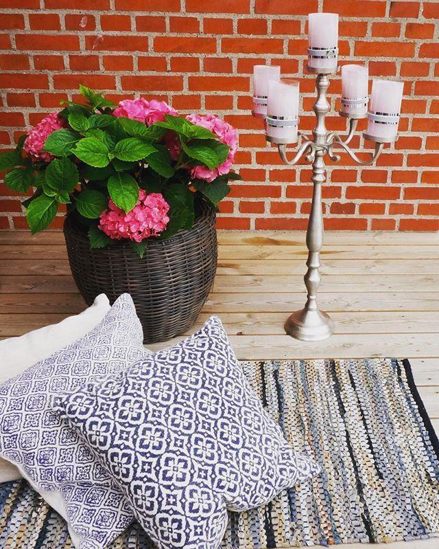 Mens vi venter på sommeren ☀️ Lysestake, puter og teppe finner du på VillaB…