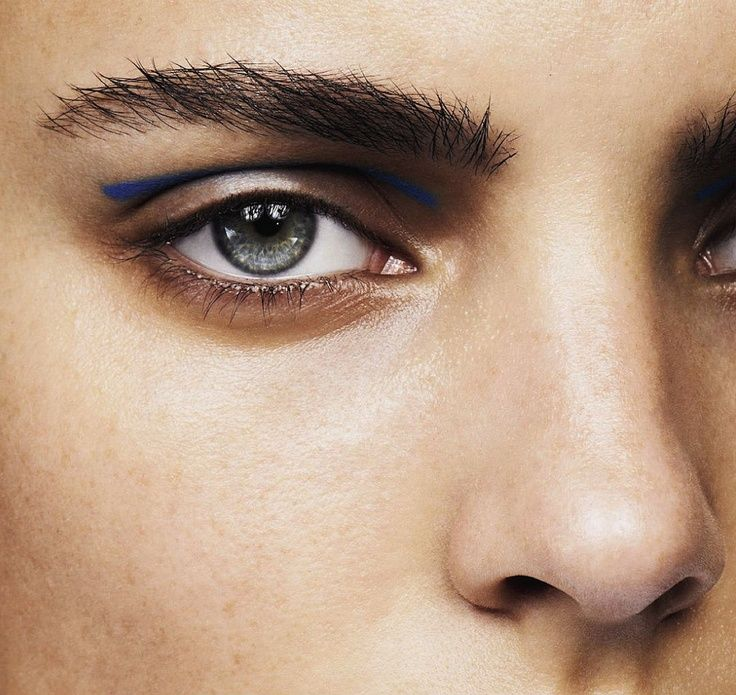 how to put blue eyeliner