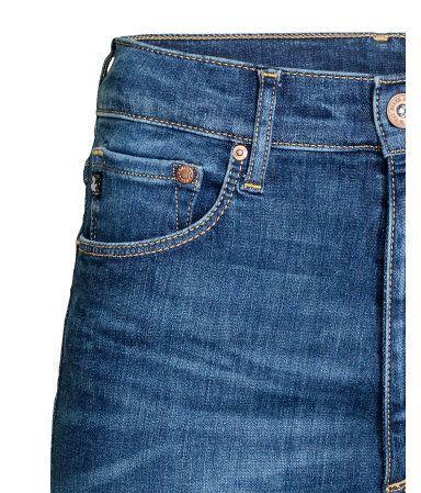Deniminsininen. Shaping. 5-taskufarkut pestyä denimiä. Erittäin kapeat lahkeet ja korkea vyötärö. Technical stretch -ominaisuus tukee ja muotoilee vyötär