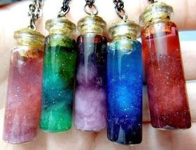 O que é? Bottle nebula, nada mais é do que um potinho com algodões coloridos fazendo parecer a galaxia. Materiais Corante ...