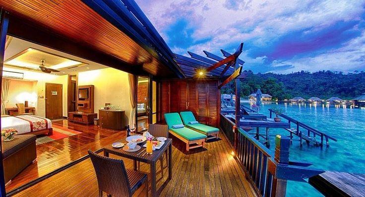 http://www.gayana-eco-resort.com/index.php Sulla costa del Borneo, ai bordi della giungla, con affaccio sulla barriera corallina, sorge il Gayana. Il Resort è strutturato in una serie di villette, costruite sull'acqua, che richiamano l'architettura tropicale. All'orizzonte è possibile scorgere il Monte Kinabalu e gli ospiti sono invitati a salvaguardare i fondali marini e a contribuire al recupero dell'ambiente danneggiato, alla ricerca di un un'equilibrio tra ecologia e lusso.