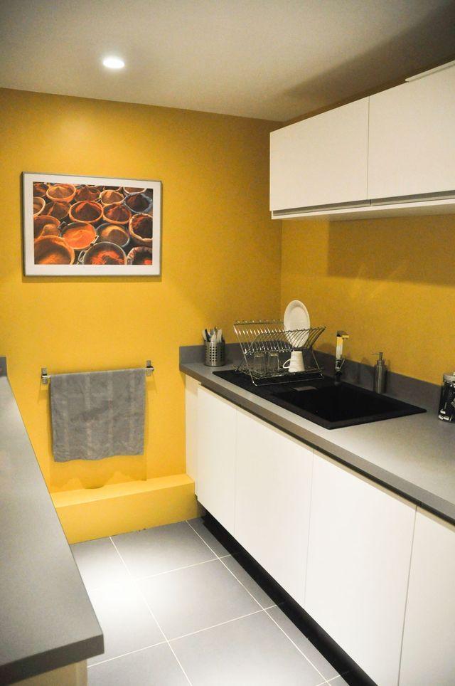 Une cuisine fermée avec un mur de peinture jaune - architecte Charlotte Soissons Lenormand et la décoratrice Valérie Laporte Volatier
