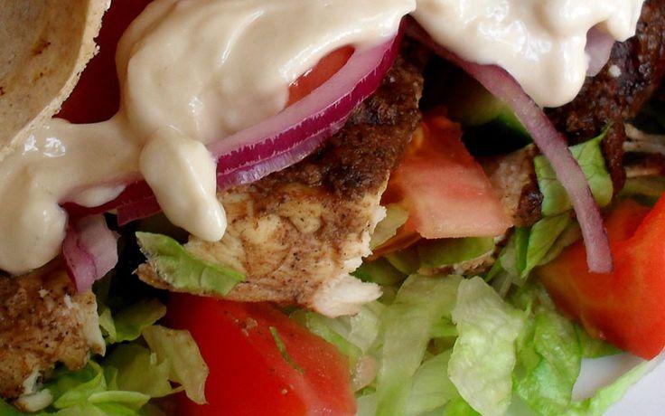 Koolhydraat arm recept voor shoarma van varkenshaas op een omelet met roerbak groente plus zelfgemaakte knoflooksaus.