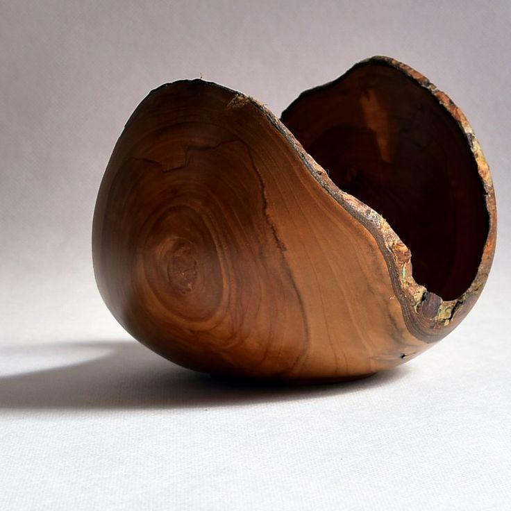 Dzięki wysoko poprowadzonej krawędzi boków przedmiot przypomina rozkwitający pąk kwiatu; jabłoń. Apfelbaum / Apple tree #donitza, #toczenie, #woodturning