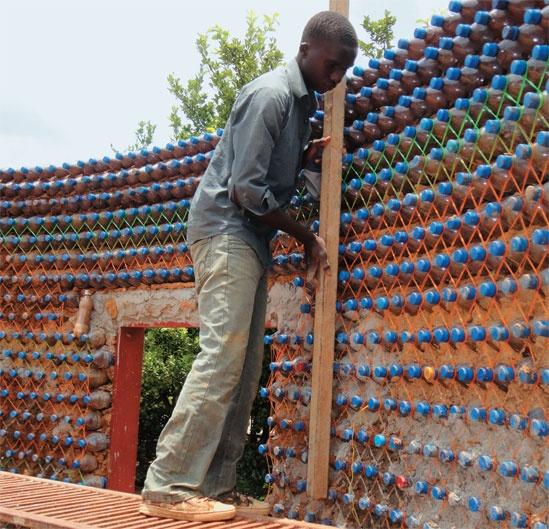 25 casas populares em Yelwa na Nigérias tem suas paredes construídas de garrafas PET cheias de areia peneirada sobre um alicerce de cimento e unidas por lama seca! É mais barato, dura mais, é mais fresca e à prova de balas!