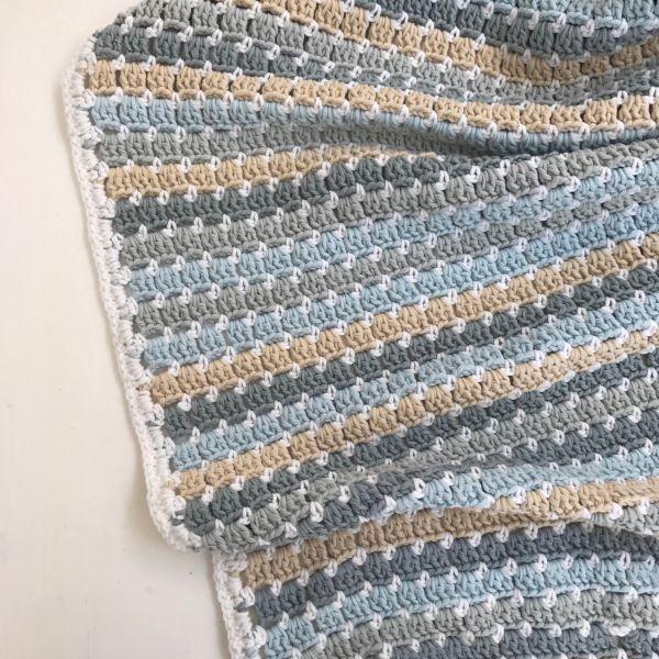 Zomerse beach blanket haken met byClaire soft mix in de perfecte kleurencombinatie voor een prachtige gehaakte deken incl. simpel patroon. Lees hier meer