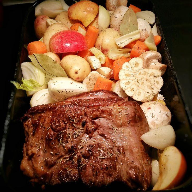 En saftig söndagsstek som får gotta sig i ugnen med grönsaker och goda kryddor. Av skyn gör jag sedan en god sås. Vilken god middag!