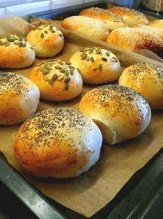 Härligt mjuka och luftiga frallor som är enkla att baka. Perfekt som frukostbröd eller att äta som lunch med en matig fyllning i.