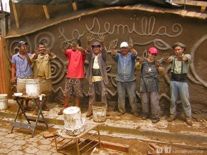 Маркос Гроссман  [http://oaxacahome.blogspot.com/] собрал свою строительную команду позировать для этой галереи. Они работают с Маркосом над реставрацией столетнего саманного дома в маленькой деревушке недалеко от его дома в штате Оахака, Мексика. Это будет местный рынок с живой крышей. Местные старожилы говорили с Маркосом о самане  и какой была деревня. Посмотрите какзаботливо он помогал возвращать к жизни традиционные натуральные строительные техники : http://naturalhomes.org/fbr.marcos