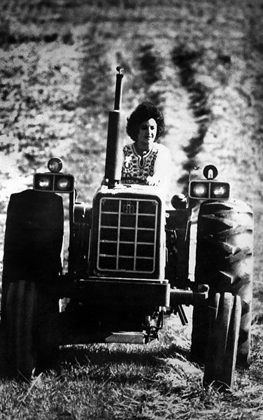 Yes, that's Elizabeth Taylor driving an International Harvester tractor. Too bad she didn't have better taste in men.