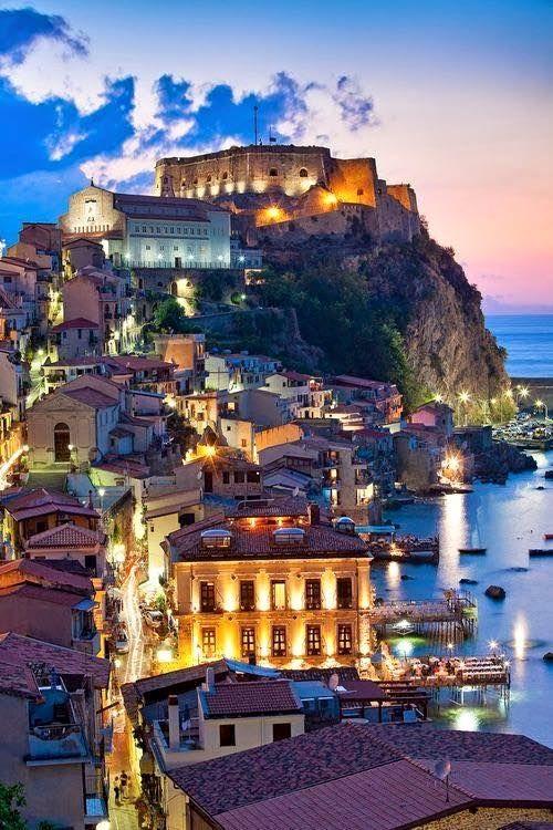 Tropea, Italia / Tropea es un municipio italiano en la provincia de Vibo Valentia. La población es un lugar de veraneo muy famoso junto al mar Tirreno, hacia el sur de Vibo Valentia y al norte de Ricadi y Capo Vaticano.