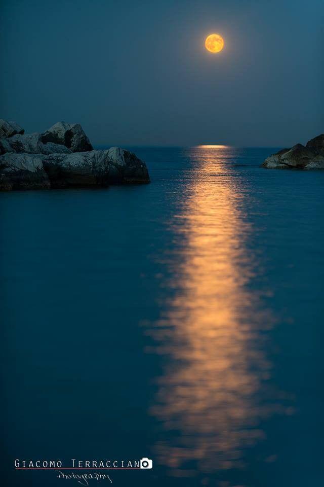 Obiettivo Pesaro: la luna e il mare. Foto di Giacomo Terracciano