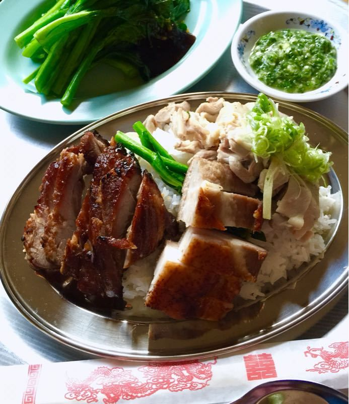 港式叉焼焼肉切鷄飯(チャーシュー、焼き豚、蒸し鶏をのせた香港風プレートご飯)