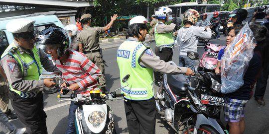 Let's be smart. Banyak netizen menuding polisi memakai pasal karet untuk menjerat pengendara. Benarkah demikian? Baca aturannya di sini.
