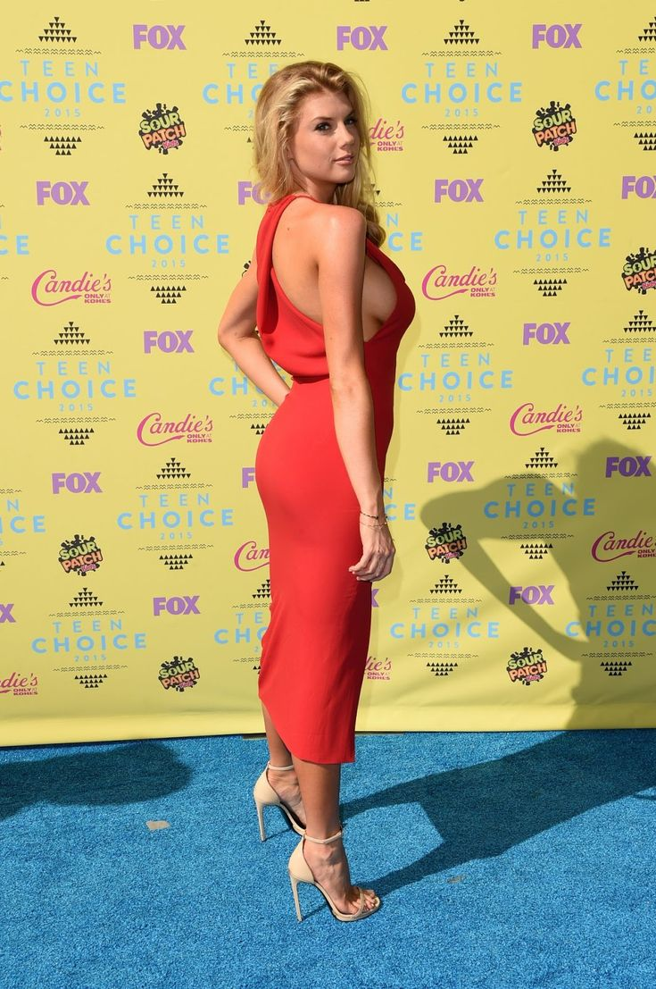 Charlotte McKinney flashes side-boob in slinky dress at Teen Choice Awards 2015