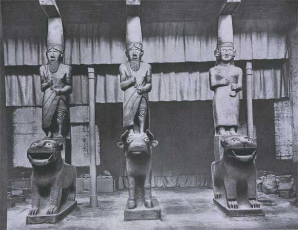 Портик храма Капары в Телль-Халафе. Темно-серый камень (базальт), инкрустация раковиной. 11—9 вв. до н. э. Хетты