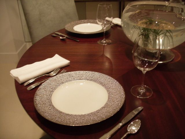 BERNARDAUD  Collection ECUME BLANC :  Subtle effects within the material, masterful glazing work, the hollow engraving of Ecume makes for a contemporary and poetic collection that produces a highly elegant and modern table setting.  http://trend-on-line.com/brand/bernardaud/ecume-blanc/
